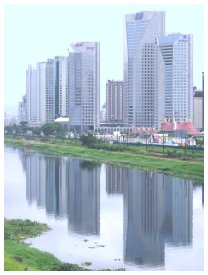 1/ピニェイロス川に映る高層ビル群。サンパウロ一のビジネスセンターだ