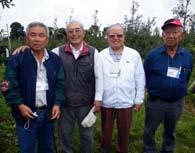 旧友らと再会して嬉しそうな下元さん(左から2人目)。左からタツイ市の長井光男さん、3人目が下本八郎元州議、井上茂則さん