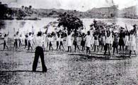 リベイラ河のほとりで野外体操をする桂小学校の生徒たち『イグアッペ植民地創立二十周年記念写真帳』より