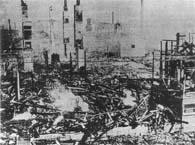 米騒動で焼き討ちされた神戸の鈴木商店(『目でみる大正時代(下)』国書刊行会、1918年)