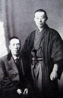 1920年、母国訪問時の輪湖と兄(『日々新たなりき』)
