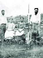 アリアンサ最初の入植者。右から北原地価造(初代現地理事)、はるみ夫人、ミサヨ(座光寺夫人)、座光寺與一(大工)、1924年撮影(1925年 南米ブラジル「ありあんさ」移住地の建設より)