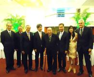 山田名誉顧問(中央)を囲む参加者ら。左から4番目が沼田総領事
