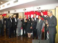 援協・菊地会長(右)の乾杯で新年を祝う一同