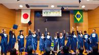 2013年の卒業式の模様。門出を祝う生徒たち(写真はいずれも川瀬理事長提供)