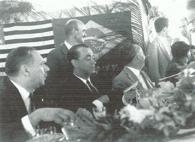 BR116号の開通式に出席するためにレジストロにきたクビチェッキ大統領(左から2人目、『レジストロ日系コロニア実態調査2003』48頁より)