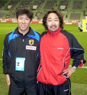 ザックジャパン(現日本代表)の現アシスタントコーチの和田一郎と屋良(右)。2008年11月のキリンカップでシリア代表が日本代表と試合した時に神戸ホームズスタジアムで(屋良提供)