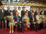 受賞3氏と関係者が記念撮影(前列左から志村夫妻、娘とソウザ氏、池田夫妻)