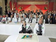 イグアッペ、レジストロ、セッテ・バーラス入植百周年式典の様子。中津川市慶祝使節団、来賓、地元住民が揃って記念撮影