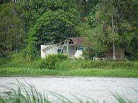 リベイラ河の対岸にある旧桂植民地の崩れた家屋