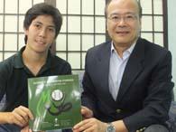 報告のため来社した尾崎ミルトン医師(右)、コーディネーターのアンドレ・アベさん