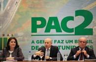 3年目の報告を行うマンテガ財相(中央)とベルキオリ企画相(左)(Marcelo Camargo/Agencia Brasil)