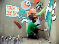 壁に向かって制作活動中のグラフィテイロ(Fernando Frazao/Agencia Brasil)
