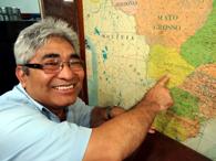 地図上のカンポ・グランデを指差す志良堂ニウトン会長