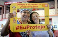キャンペーン開始の式典でレイ・モモと共にポーズを取る人権擁護局長官(Tomaz Silva/Agencia Brasil)