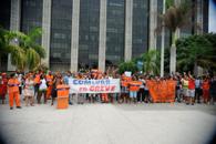 市役所前でシュプレヒコールを挙げる清掃夫達(Tomaz Silva/ Agencia Brasil)