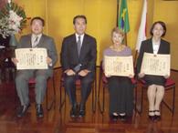 左から大橋さん、福嶌教輝総領事、小原さん、城田さん