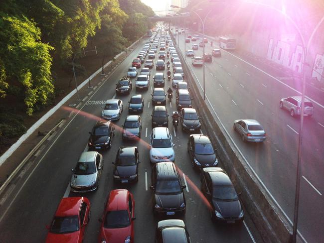 マルジナル・ド・チエテを利用しようとセントロに向かう車で混む休日前日の聖市5月23日大通り(Fotos Publicas)