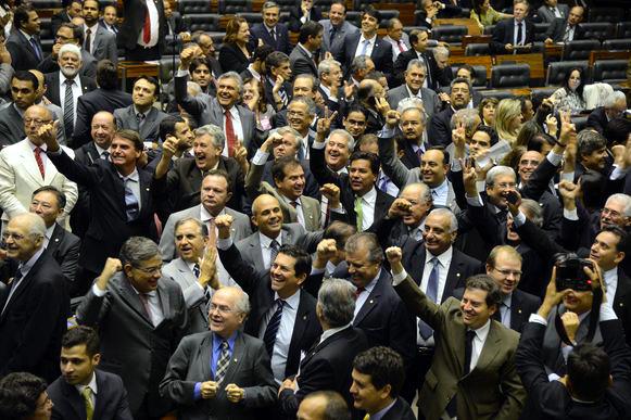 11日の下院で可決を喜ぶ下議たち(Valter Campanato/Agencia Brasil)