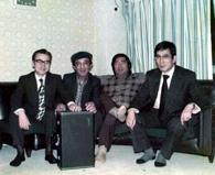日本でのブラジル音楽普及パイオニア4人(左より坂尾、ニルソン、小野、大島。1984年東京小野リサのアパートにて、写真提供=坂尾)