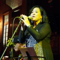 舞台で熱唱する青木さん