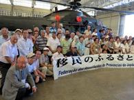 最新ヘリコプターEC725の前で記念撮影する一行