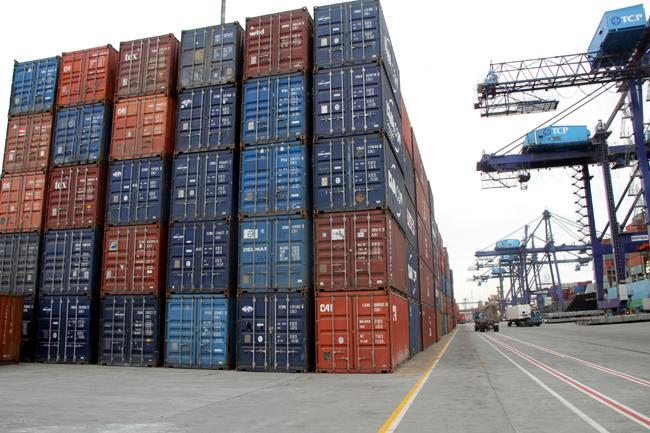 パラナグア港から輸出される穀物コンテナ(Imprensa/ GEPR)