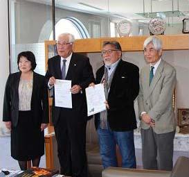 左から福井教授、石井副市長、高木社長、前川副理事(写真提供=福井千鶴さん)