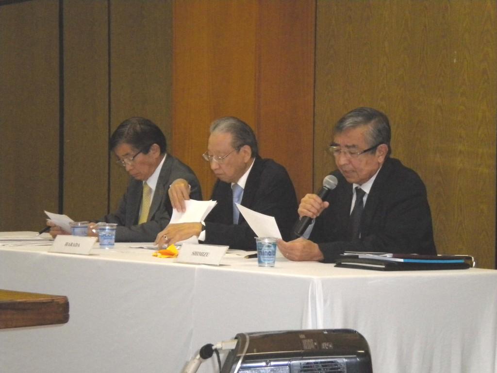 評議員会に臨む(左から)木多会長、原田評議員会長、清水評議員幹事