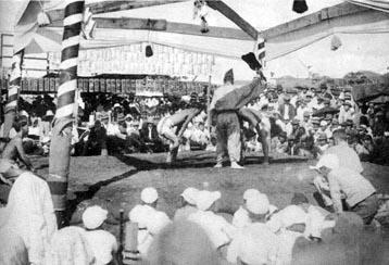 戦前のバストス移住地の相撲大会の様子《『ブラジル日本相撲史』(中村東民、1978年)より》