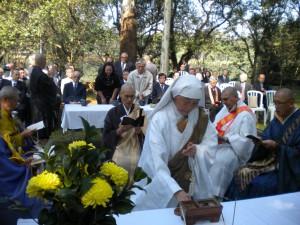 イビラプエラ公園で行われた追悼法要。一人一人焼香を捧げた