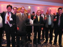 5月15日にサンパウロ市内のホテルで行われた「キリン一番搾り生ビール」を発売記念イベントで。ブラジル・キリンのジーノ・ジ・ドメニコ代表取締役(左から2人目)と本社の代表取締役社長・磯崎功典氏(右から3人目)