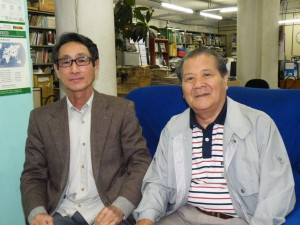 左から伊藤さん、講演会で補助を行う鍼灸師の古波蔵稔さん