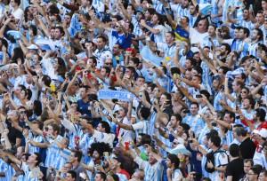 決勝戦会場で熱烈に声援を送るアルゼンチンの応援団