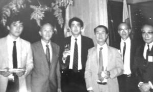 85年10月1日、秘書時代の安倍総理(中央)と山口県人会の皆さんがシーザーパークホテルで懇談会をしたときの写真