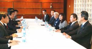 左中央が首相、右側の眼鏡男性が斉藤空軍大将、その右が大田慶子下議、安部順二下議、西森ルイス下議(共同)