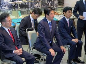 背筋を伸ばして5団体代表の話を聞く安倍首相