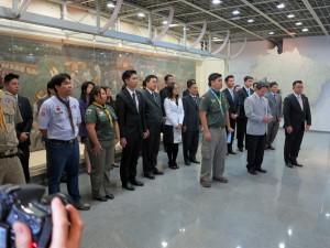 首相の前に並ぶ若者団体の代表者たち