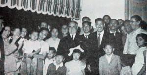 大統領(中央)を囲む松原一家と農場の人々(『在伯日本人先駆者伝』パ紙、203頁)