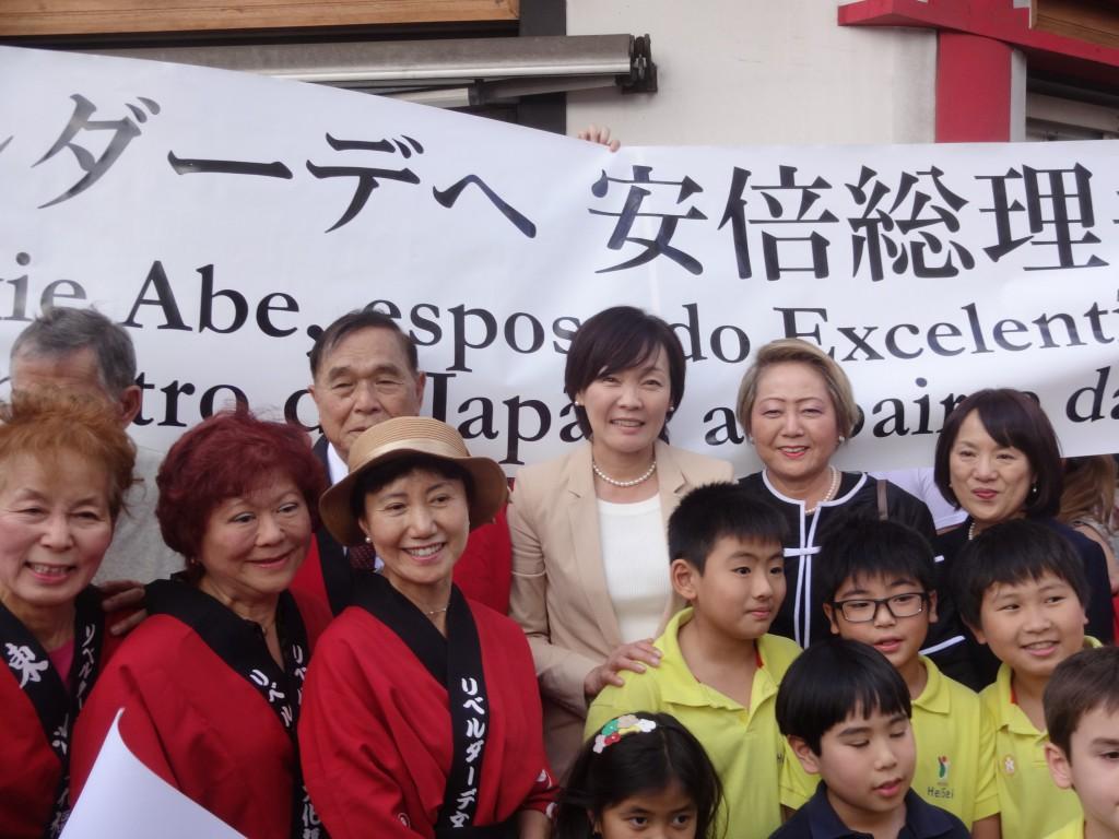 リベルダーデ広場で子供達、ACAL会員達と記念撮影をする昭恵夫人