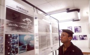 原爆展示をまじまじと見つめる池田少将