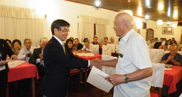 功労者に感謝状を贈る稲嶺市長