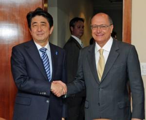 アウキミンサンパウロ州知事と握手を交わす首相(撮影=望月二郎)