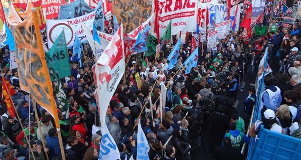 アルゼンチンで現政権への反発をあらわにするデモ隊(写真=CTA)