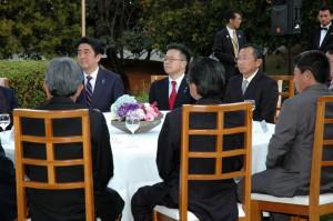 1日午後、ブラジリアの日本国大使公邸で首相と約200人の地元日系団体代表らが懇談をした様子(Credito Matsuda/NIPPO Brasilia)