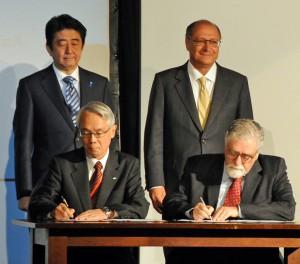 フォーラムの会場で署名を交わす安倍首相とアウキミン州知事(撮影=望月二郎)