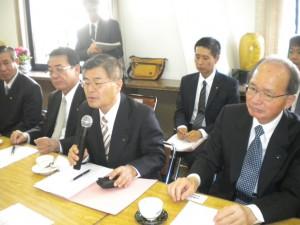活発な意見交換を行なった(前列右から)福田議会議長、稲用副知事ら