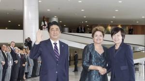 1日午前、大統領府で安倍首相夫妻を受け入れ、首相の横で昭恵首相夫人と握手するジウマ大統領(Foto: Roberto Stuckert Filho/PR)