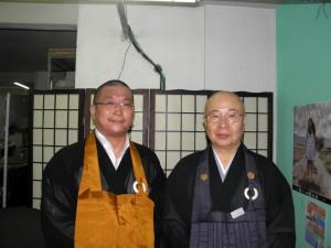 来社した越賀道秀賛事、天雨住職(左から)