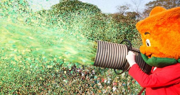 花ビラのシャワーを屋上から撒いている様子(広報写真)